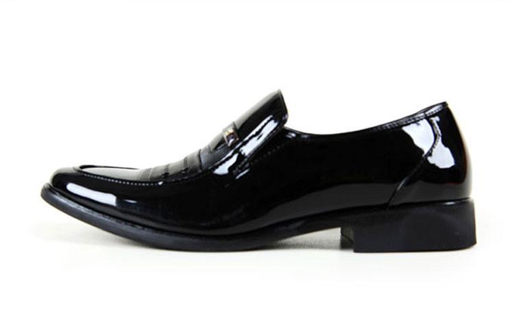 男人穿套脚皮鞋